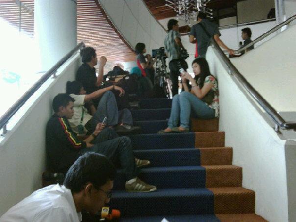 wartawan menunggu berita